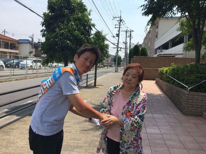【お一人お一人と交わす握手。